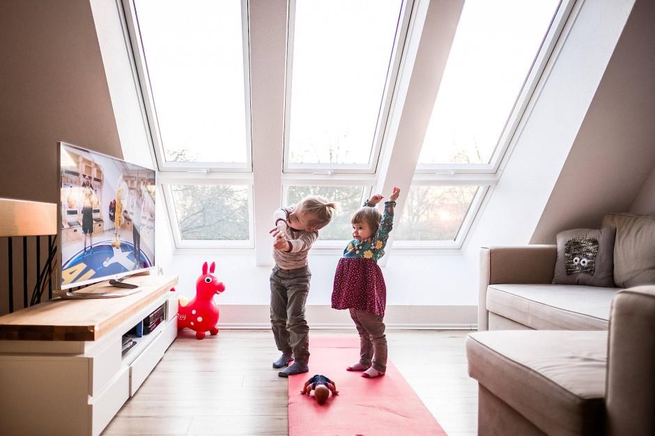 Im Wohnzimmer: Kinder machen die Übungen des Youtube-Kanals von Alba Berlin nach.