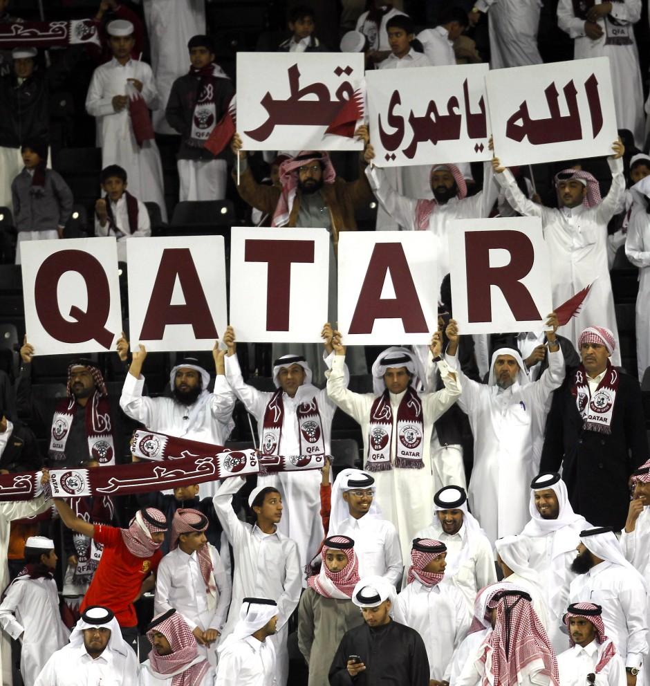 Qatarische Fußball-Fans feuern ihre Nationalmannschaft an.