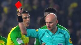 Schiedsrichter tritt nach und zeigt Rot