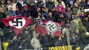 Lazio-Fans schwenken Hakenkreuz-Fahnen