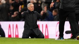 Mourinho verzweifelt und geht vor Klopp auf die Knie