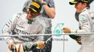 Neue Sieger braucht die Formel 1: Die Mercedes-Piloten Hamilton und Rosberg feiern ihren gelungenen Saison-Einstand