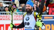 Emotionales Karriereende: Michael Rösch aus Belgien jubelt nach dem Sprint im Zielbereich von Ruhpolding.