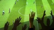Fußball als Fernsehformat: Die Bundesliga wird bejubelt, erzielt aber viel zu geringe Erträge.