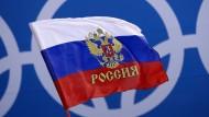 Russische Fahnen sind offiziell nicht erlaubt bei den Winterspielen – bis auf Weiteres zumindest.