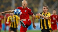 Derzeit verletzt, gegen Athen jedoch noch im Einsatz: Bayerns Arjen Robben (Mitte) am Ball.