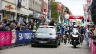 Fabian Wegmann (im Auto stehend) als Sportlicher Leiter bei der Deutschland Tour.