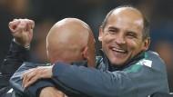 Es ist vollbracht: Viktor Skripnik (r.) bejubelt den ersten Sieg der Bremer in dieser Saison