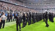 die Polizei in Bayern bei Fußballspielen, hier in der Münchner Arena 2017