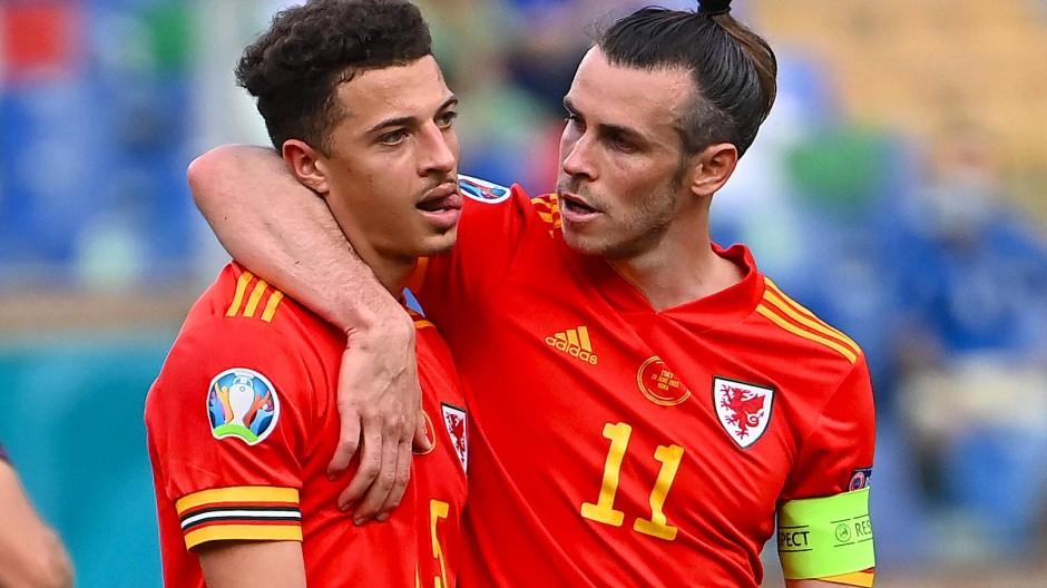 Trost für den Rot-Sünder: Ethan Ampadu (l.) wird von Gareth Bale vom Feld geführt