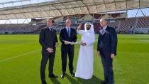 Da oben scheint die Sonne, hier unten schwitzen wir: Wetterforscher Rummenigge lässt sich schon 2013 von Organisationskomitee-Chef Hassan Al Thawadi das Klima Qatars erklären