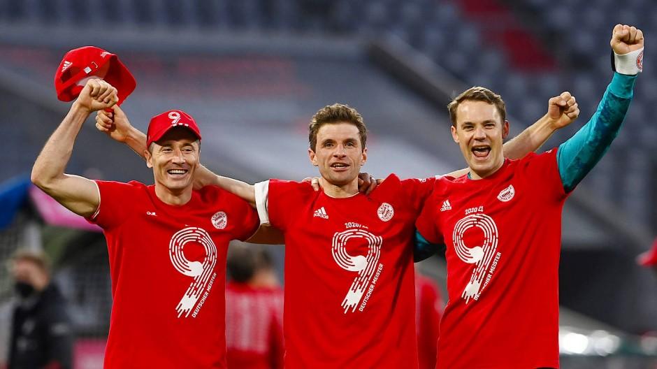 Alle Neune: Robert Lewandowski, Thomas Müller und Manuel Neuer (von links) freuen sich über den nächsten Titel des FC Bayern.