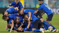 """Italienisches Jubelknäuel: Die """"squadra azzura"""" besiegt auch die Schweiz."""