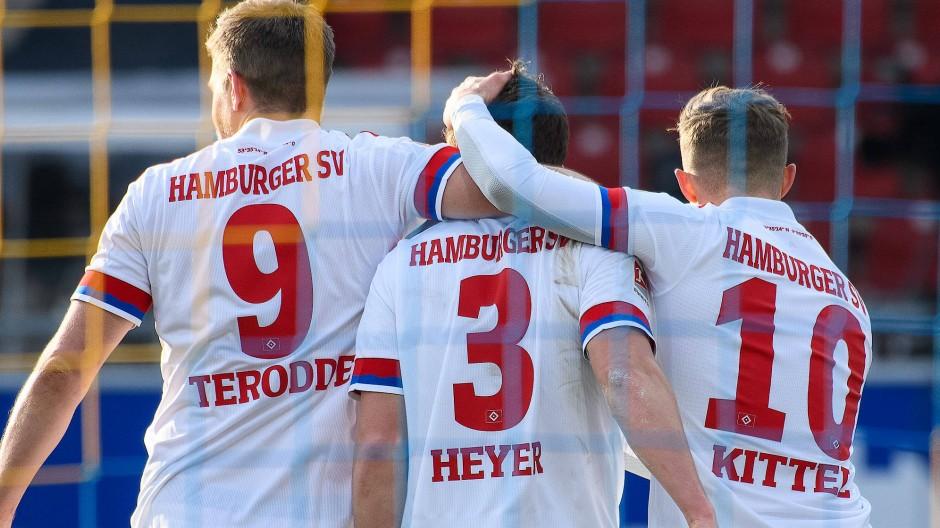 Gemeinsame Freude: Der Hamburger SV gewinnt in Braunschweig.
