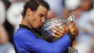 Ein gewohntes Bild: Diesmal ist der Kuss von Rafael Nadal besonders intensiv.
