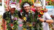 Trio aus Deutschland: 2016 belegen Sieger Jan Frodeno (Mitte), Sebastian Kienle (links) und Patrick Lange die ersten drei Plätze auf Hawaii.