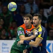 Die Hypnosekraft des Handballs wirkt auf Piotr Chrapkowski (l) von Magdeburg und Alexander Petersson von den Rhein-Neckar Löwen