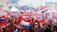 Kroatische Fans jubeln über die Erfolge ihrer Mannschaft in Zagreb.