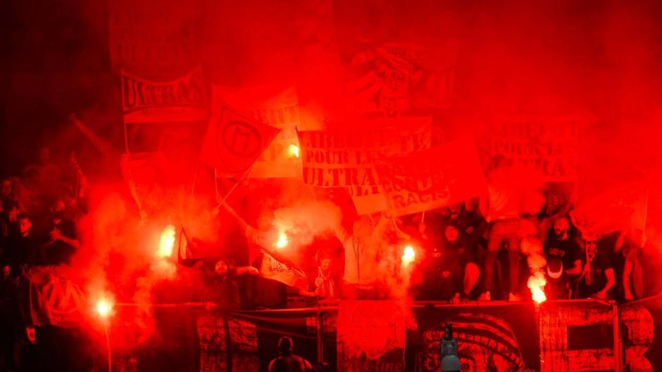 """Es wird zu einer """"traurigen Angewohnheit"""" in den Stadion der ersten französischen Spielklasse. Erst Pyrotechnik, dann Platzsturm und Ausschreitungen."""