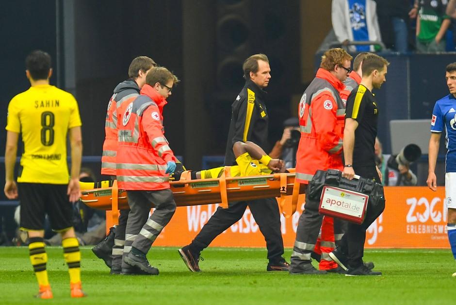 Schmerzhafte Verletzung und schmerzlicher Verlust: Aubameyang-Ersatz Michy Batshuayi musste vom Feld getragen werden.