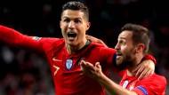 Hellauf begeistert: Cristiano Ronaldo trifft, Bernardo Silva (rechts) freut sich mit.