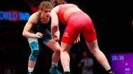 Finale in der Klasse bis 72 Kilogramm: Anna Schell (in blau) kampfbereit gegen Alina Stadnik