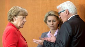 Entscheiden am Sonntag: Kanzlerin Merkel, Verteidigungsministerin von der Leyen und Außenminister Steinmeier (v.l.)