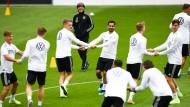Rückkehr unter neuen Bedingungen und Stimmungen: Bundestrainer Löw im Kreis seiner Auserwählten