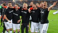 So sehen Nicht-Absteiger aus: Frankfurt feiert den Verbleib in der Bundesliga.