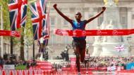 Der Schnellste: Daniel Wanjiru rettet neun Sekunden Vorsprung ins Ziel