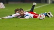 Am Boden: HSV-Spieler van der Vaart kann keine Akzente setzen, hinter ihm versteckt sich der Berliner Pekarik