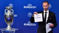 And the winner is ... Germany: Uefa-Präsident Ceferin bei der Verkündung.