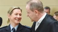 Claudia Pechstein (links) und Anwalt Thomas Summerer müssen weiter warten.