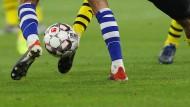 Bald auch mit etwas kleineren Füßen? Schalke gegen Dortmund wäre ein Hoffnungsschimmer für den Fußball der Frauen.