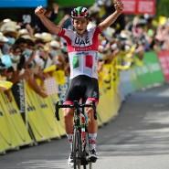 Tagessieger: Davide Formolo feiert vor dichtgedrängtem Publikum seinen Erfolg.