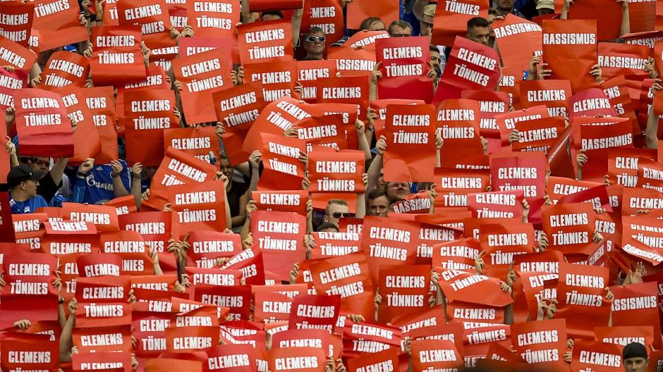 Deutliche Aktion: Protest der Schalke-Fans gegen Clemens Tönnies