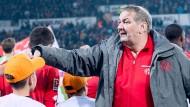 Mittendrin: Stadionsprecher Klaus Hafner klatscht seine Mainzer ab.