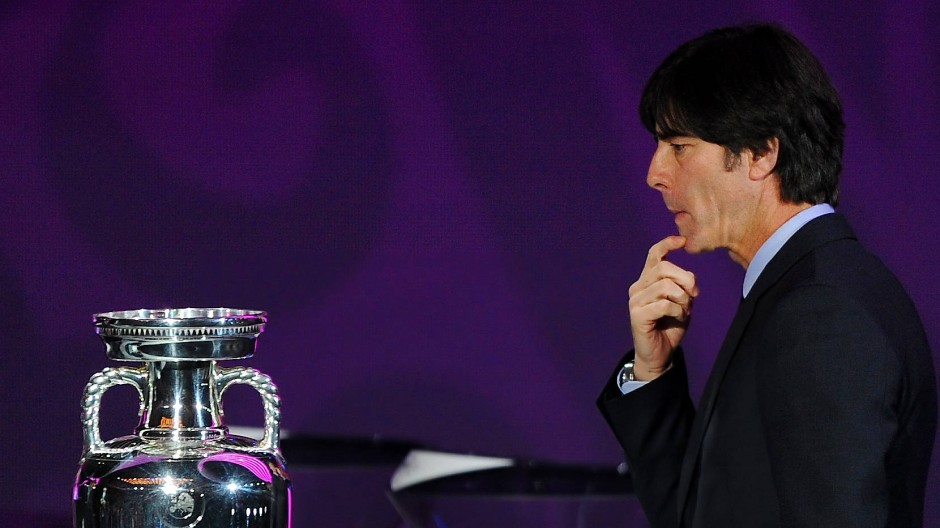 Wie kommt man eigentlich an den Pokal, fragte sich Bundestrainer Joachim Löw schon 2012?