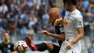 Kommt nicht vorbei: 1860-Spieler Daniel Adlung (l.) im Duell mit dem Bochumer Zahirovic