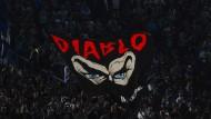 """Drogenschmuggel, versuchte Erpressung, Haftstrafen: Dem Anfang August erschossenen Piscitelli, unter dem Spitznamen """"Diabolik"""" Ultra-Chef der """"Irriducibili"""", huldigen Fans von Lazio Rom."""