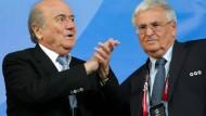 Was hält wohl Fifa-Präsident Blatter (links) vom neuen Zwanziger-Vorschlag?