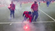 Bengalos auf dem Spielfeld: 100.000 Euro Strafe.