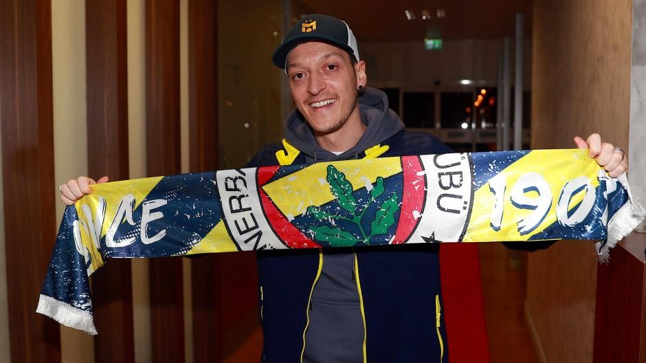 Strahlemann: Mesut Özil mit einem Schal von Fenerbahce, dem Verein seiner Kindheitsträume
