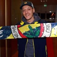 """Strahlemann: Mesut Özil mit einem Schal von Fenerbahce, dem Verein seiner """"Kindheitsträume"""""""
