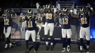 Hände hoch: Die fünf dunkelhäutigen Spieler nehmen vor ihrem Spiel gegen Oakland eindeutig Stellung