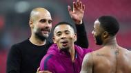 Pep Guardiola (links) ist mit seiner Mannschaft vorzeitig englischer Fußballmeister.