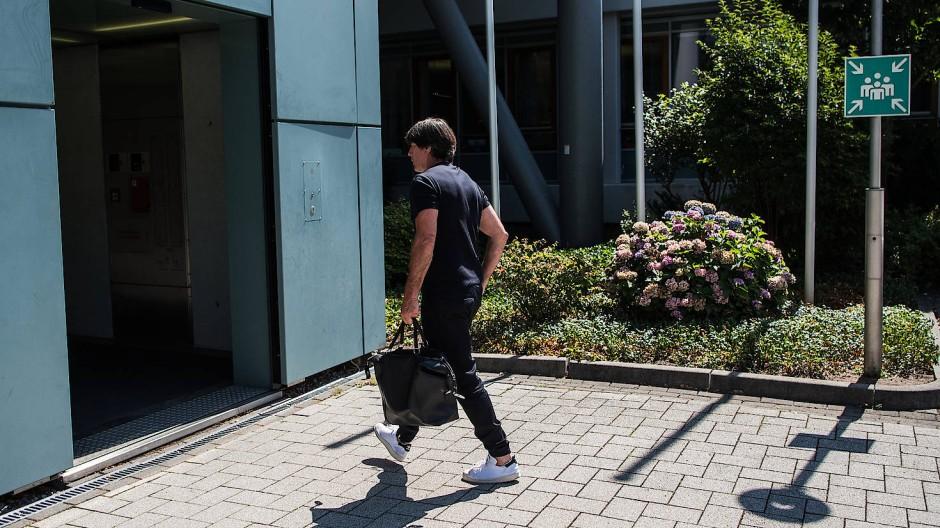 Rechtzeitig in Frankfurt? Bundestrainer Joachim Löw auf dem Weg zum Krisengespräch