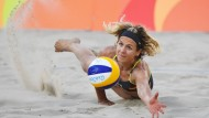 Wühlerin im Sand: Laura Ludwig