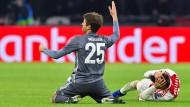 Da ist es schon zu spät: Thomas Müller hat seinen Gegenspieler voll getroffen.