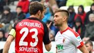 Hitziges Duell der Süddeutschen: Augsburgs Moritz Leitner (r.) und Julian Schuster diskutieren.